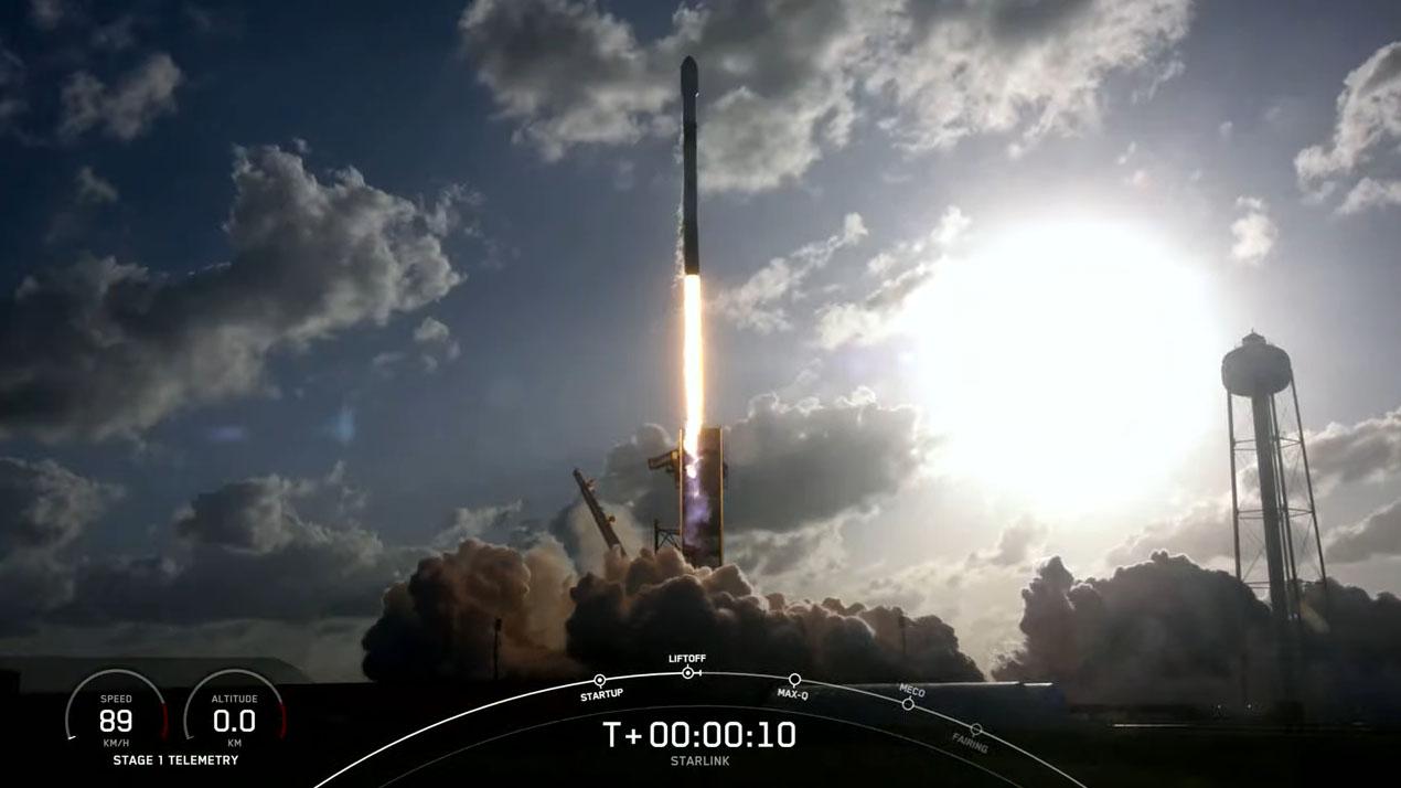 Une fusée SpaceX Falcon 9 vétéran transportant 52 satellites Internet Starlink et deux charges utiles de clients est lancée depuis la station 39A du centre spatial Kennedy de la NASA à Cap Canaveral, en Floride, le 15 mai 2021.