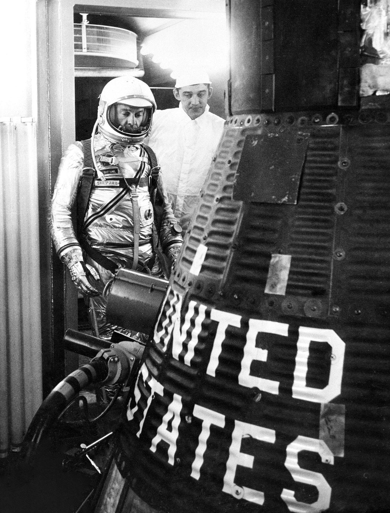 Alan Shepard, vêtu de sa combinaison de pression argentée, se prépare à monter à bord de sa capsule Mercury Freedom 7 avant son lancement sur le premier vol spatial habité américain, il y a 60 ans, le 5 mai 1961.