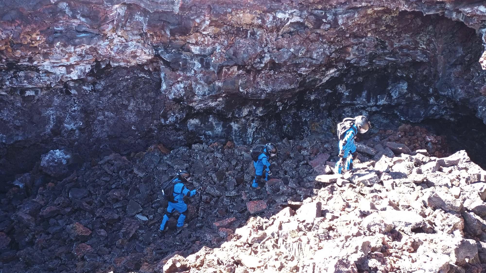 Les membres d'équipage de Selene IV explorent une grotte de lave près de l'habitat HI-SEAS pour la recherche d'habitabilité et d'astrobiologie.