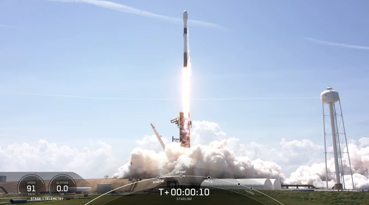 Une fusée SpaceX Falcon 9 lance 60 satellites Starlink en orbite depuis la station spatiale de Cap Canaveral en Floride le 4 mai 2021.