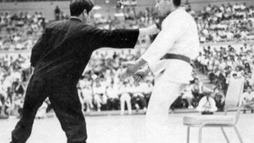 Bruce Lee démontre le poinçon d'un pouce.  Crédit: שילוני / (Creative Commons)