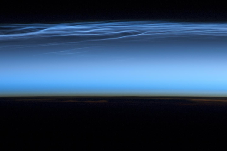 Une photographie de nuages mésosphériques polaires prise depuis la Station spatiale internationale en 2012.