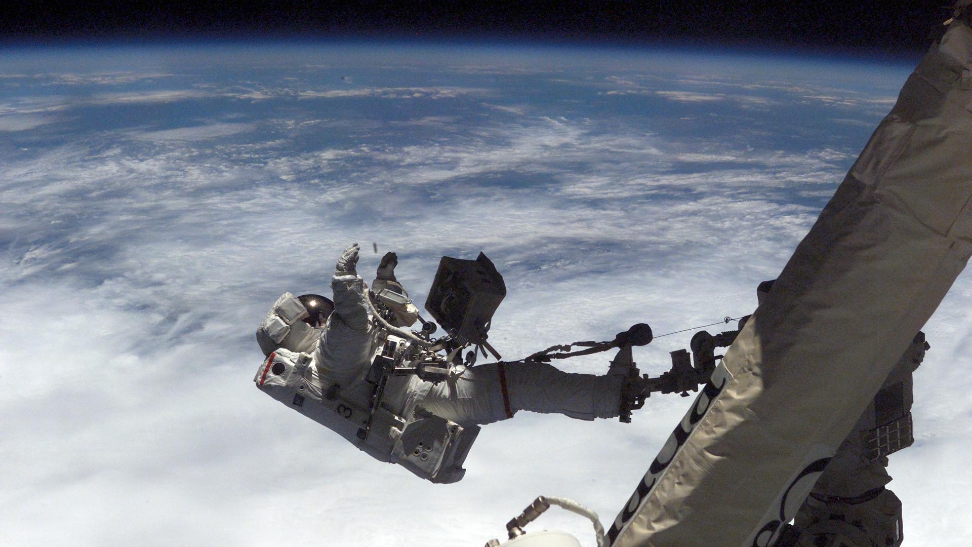L'astronaute David A. Wolf effectue une sortie dans l'espace le 12 octobre 2002. Le long sous-vêtement que Wolf portait sous sa combinaison spatiale a peut-être aussi été porté par un autre astronaute.