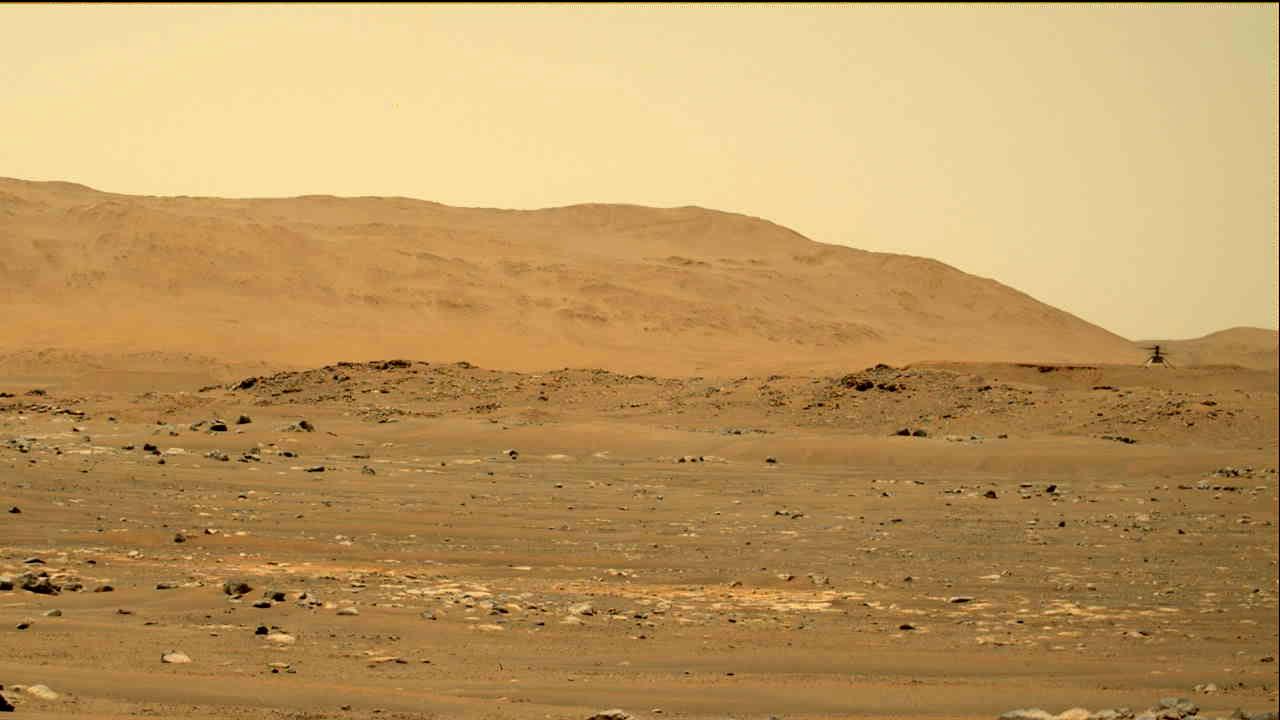 Le rover Mars Perseverance de la NASA a acquis cette image de l'hélicoptère Ingenuity Mars (en haut à droite) à l'aide de sa caméra Mastcam-Z le 30 avril 2021.