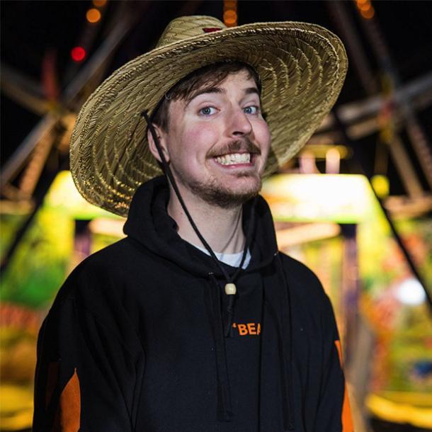 M. Bête souriant dans un chapeau