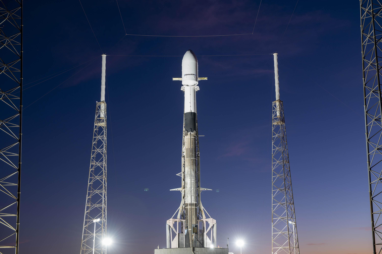 Une fusée SpaceX Falcon 9 d'occasion transportant le satellite Sirius XM SXM-7 se dresse au sommet de sa rampe de lancement à la station spatiale de Cap Canaveral en Floride pour un lancement le 11 décembre 2020.