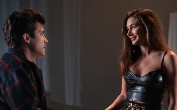 À la fin de la deuxième saison, Daisy Fuentes, une journaliste de MTV qui fut pendant un certain temps la partenaire du chanteur, apparaît.  (Photo: Netflix)
