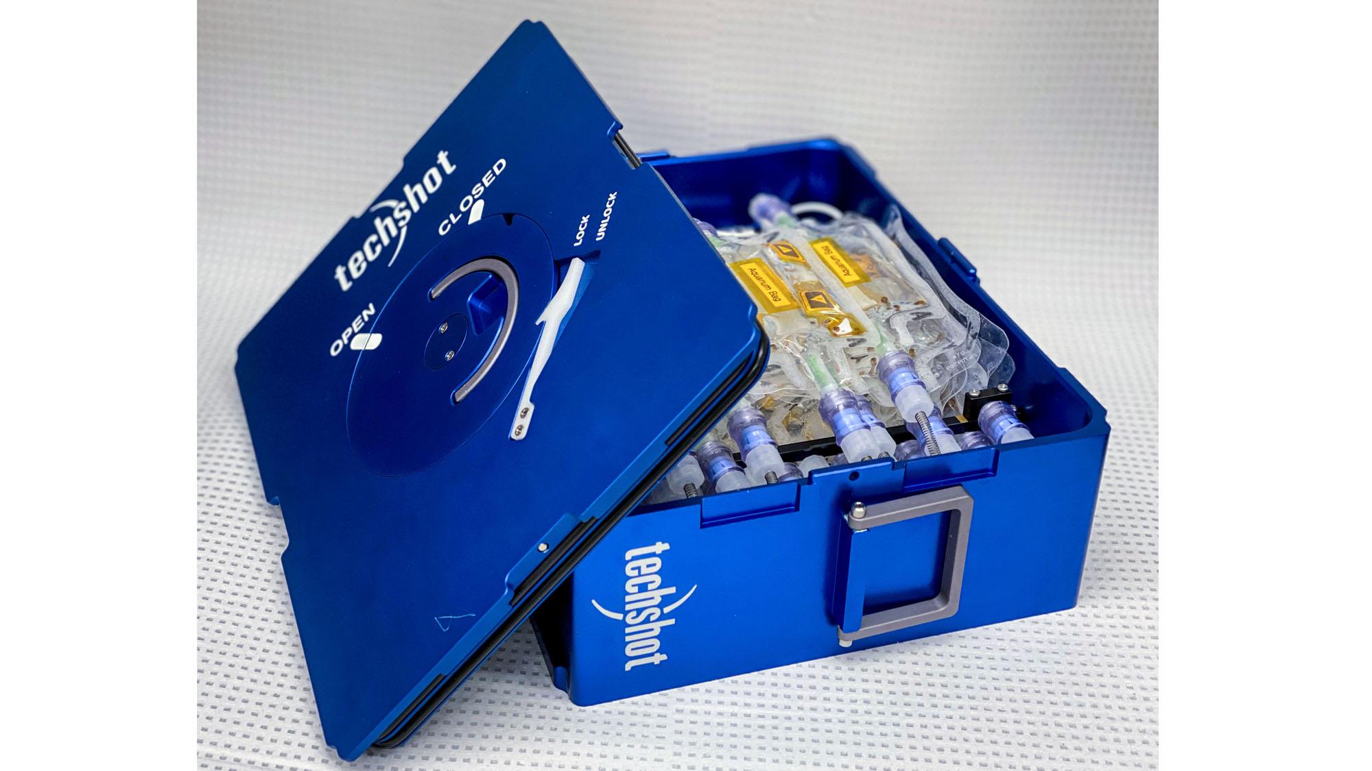 Une image d'une cassette de traitement de fluide, qui sera chargée avec de petits sacs d'aquarium contenant le bébé calmar bobtail.