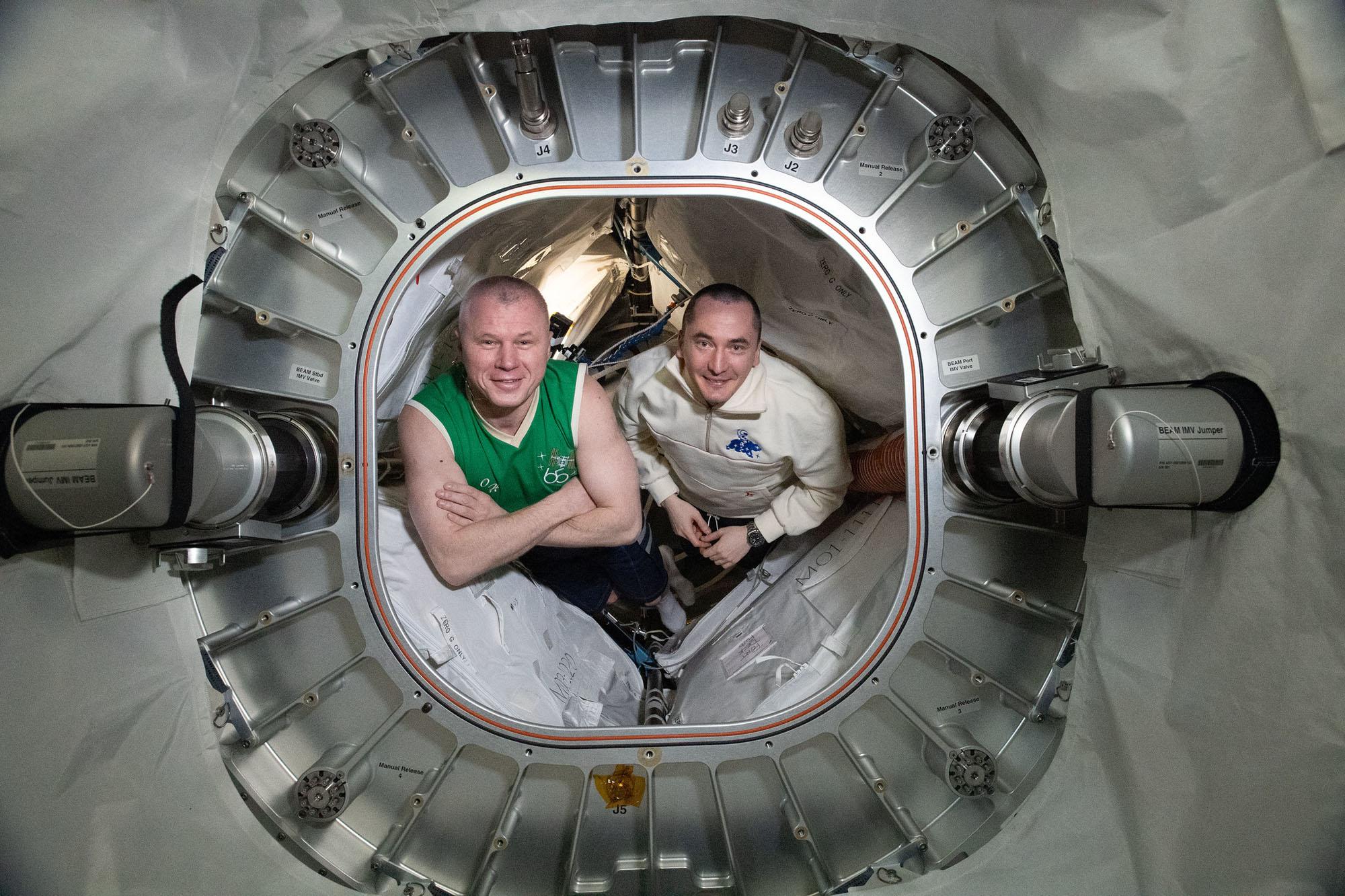 Les ingénieurs de vol de l'expédition 65 (de gauche à droite) Oleg Novitskiy et Pyotr Dubrov sont représentés à l'intérieur de BEAM, le module d'activité extensible de Bigelow.