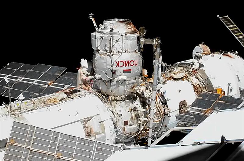 Le cosmonaute Sergey Ryzhikov, commandant de l'expédition 64, est vu à la base du mini-module de recherche Poisk lors d'une sortie dans l'espace le 18 novembre 2020 à l'extérieur de la Station spatiale internationale qui a inauguré l'utilisation de Poisk comme sas.