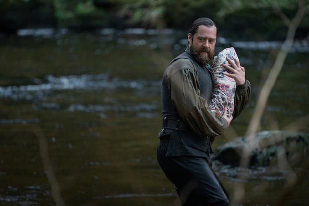 De qui Roger tient-il le bébé dans ses bras ?  (Photo : Starz)