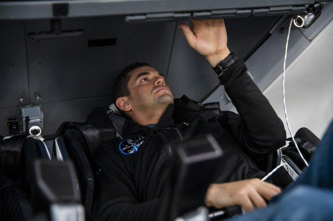 Jared Isaacman s'entraîne dans le vaisseau spatial Crew Dragon au QG de SpaceX.