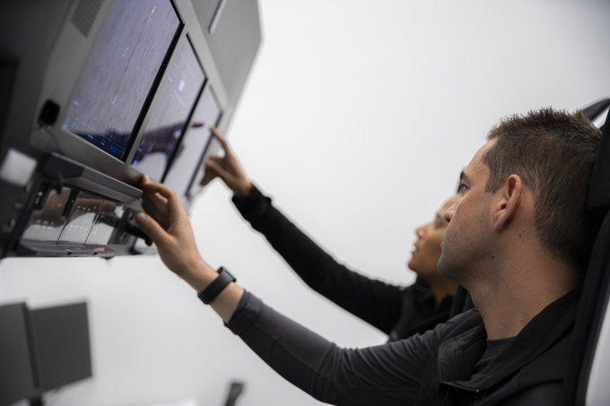 Jared Isaacman (premier plan) et Sian Proctor (arrière-plan) s'entraînent pour Inspiration4 au siège de SpaceX.
