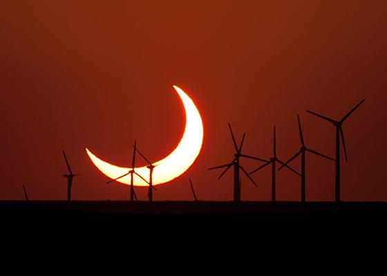 Evan Zucker a pris cette photo d'un soleil couchant partiellement éclipsé le 20 mai 2012, juste au sud d'Elida, au Nouveau-Mexique.  Zucker a utilisé un appareil photo Canon EOS Rebel Xsi avec un objectif Canon f/5.6 400 mm.