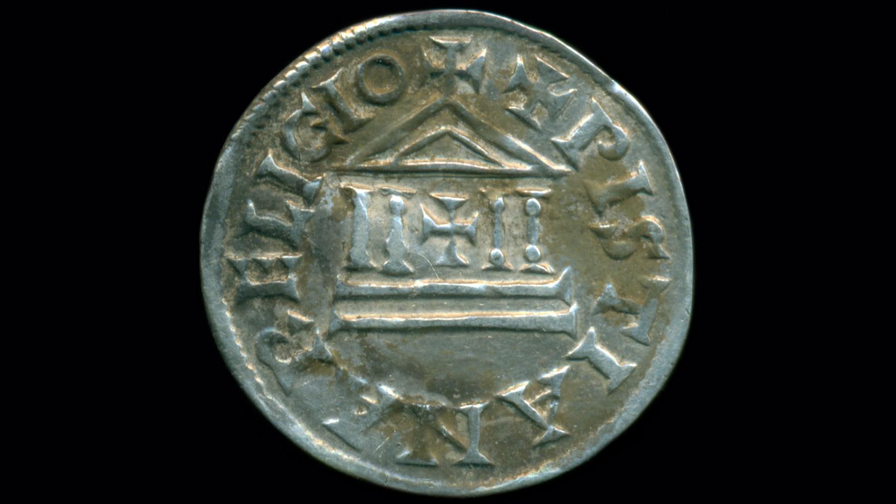 Les pièces d'argent sont dans un style distinctif utilisé par les rois carolingiens successifs, avec des inscriptions latines autour d'un crucifix central et l'emblème d'un temple.