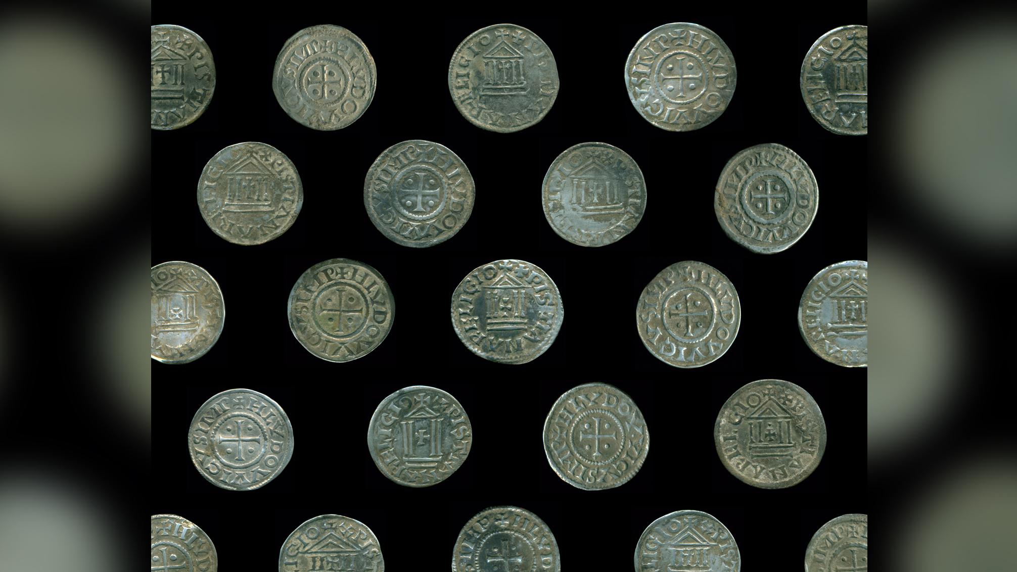 Seules trois pièces de ce type ont été trouvées auparavant en Pologne, bien au-delà des royaumes carolingiens.  Les archéologues soupçonnent qu'ils sont liés à l'empire commercial scandinave de Truso.