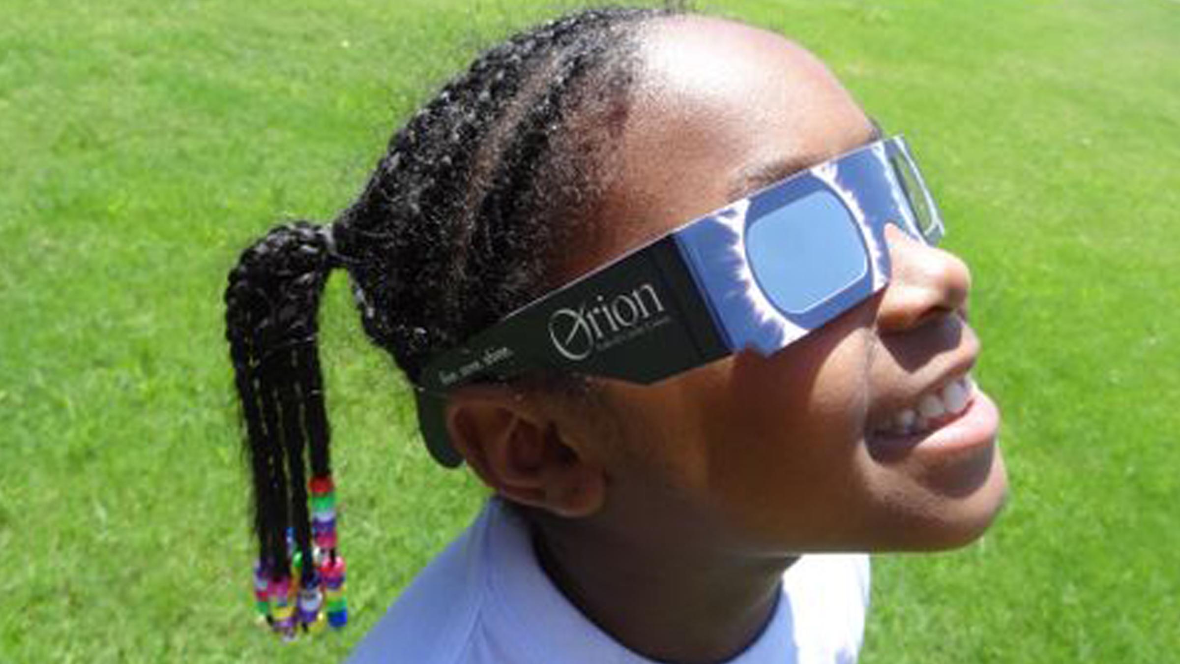 fille portant des lunettes à éclipse solaire