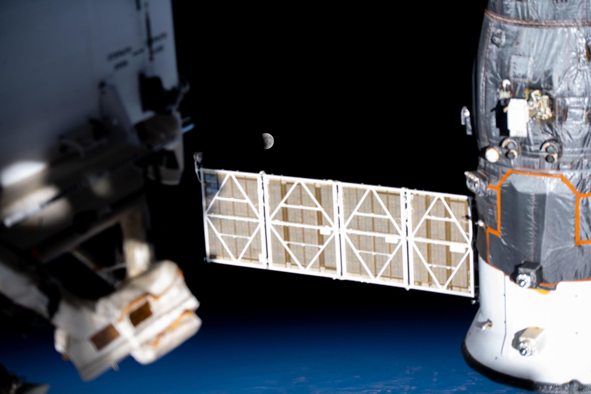 Une vue d'une éclipse lunaire partielle vue depuis la Station spatiale internationale, le 26 mai 2021.