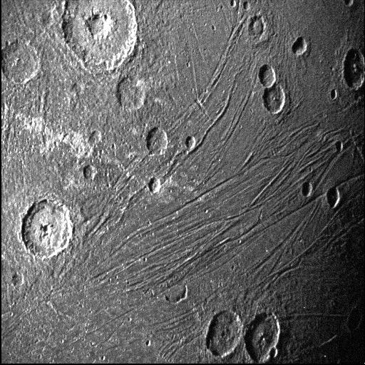 Cette image du côté obscur de Ganymède a été obtenue par la caméra de navigation de l'unité de référence stellaire de Juno lors de son survol de la lune le 7 juin 2021.