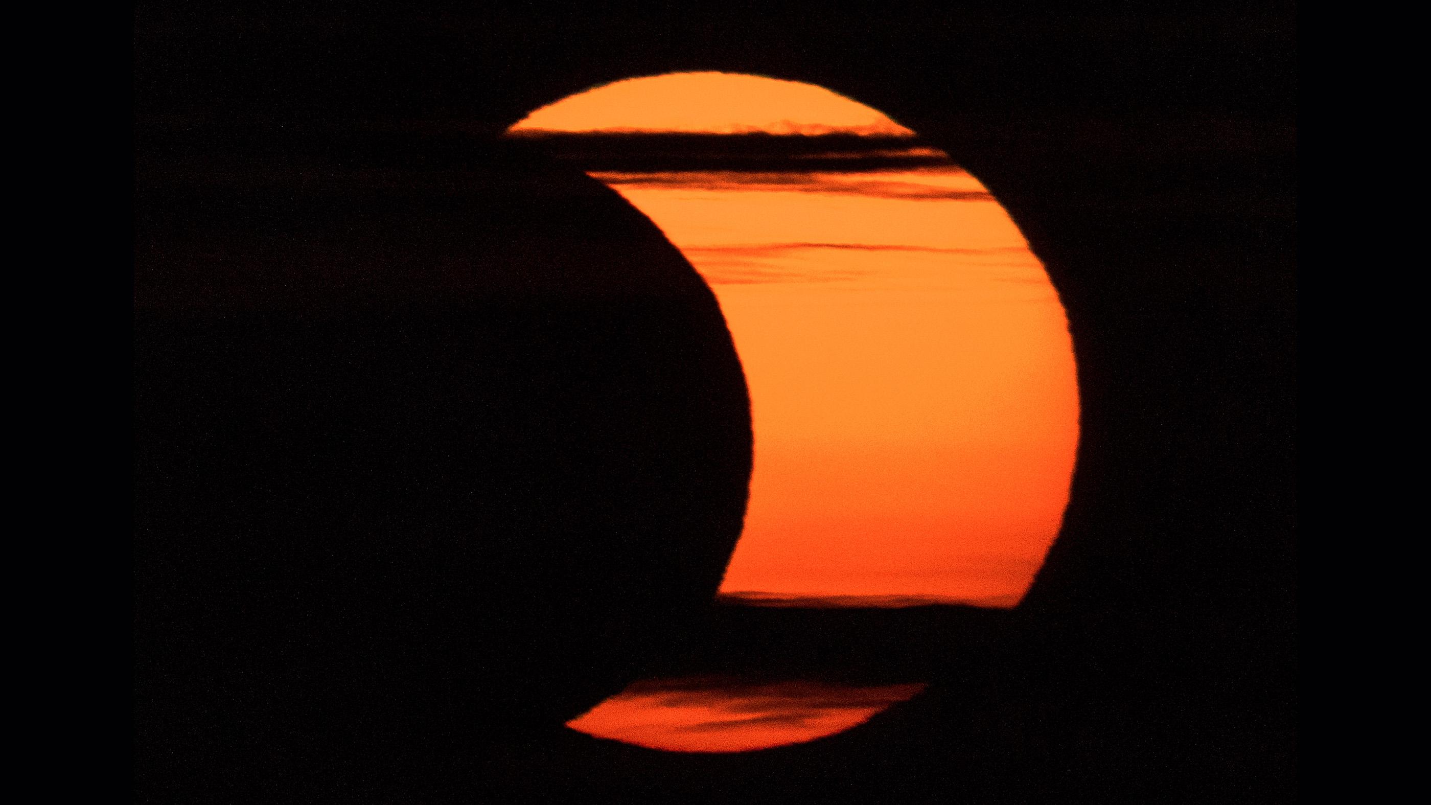 Une éclipse solaire partielle est vue depuis Arlington, en Virginie, le jeudi 10 juin 2021.