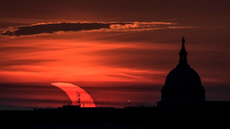 Une éclipse solaire partielle vue au lever du soleil avec le bâtiment du Capitole des États-Unis sur une image prise le 10 juin 2021 par le photographe de la NASA Bill Ingalls.
