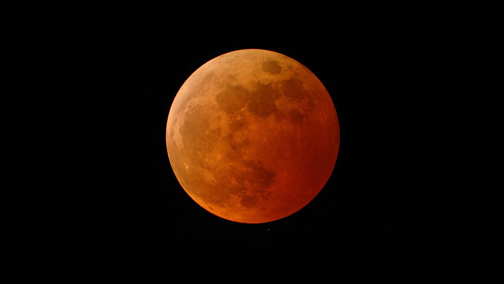 Lors d'une éclipse lunaire totale, la lune semble devenir rouge en passant dans l'ombre de la Terre.