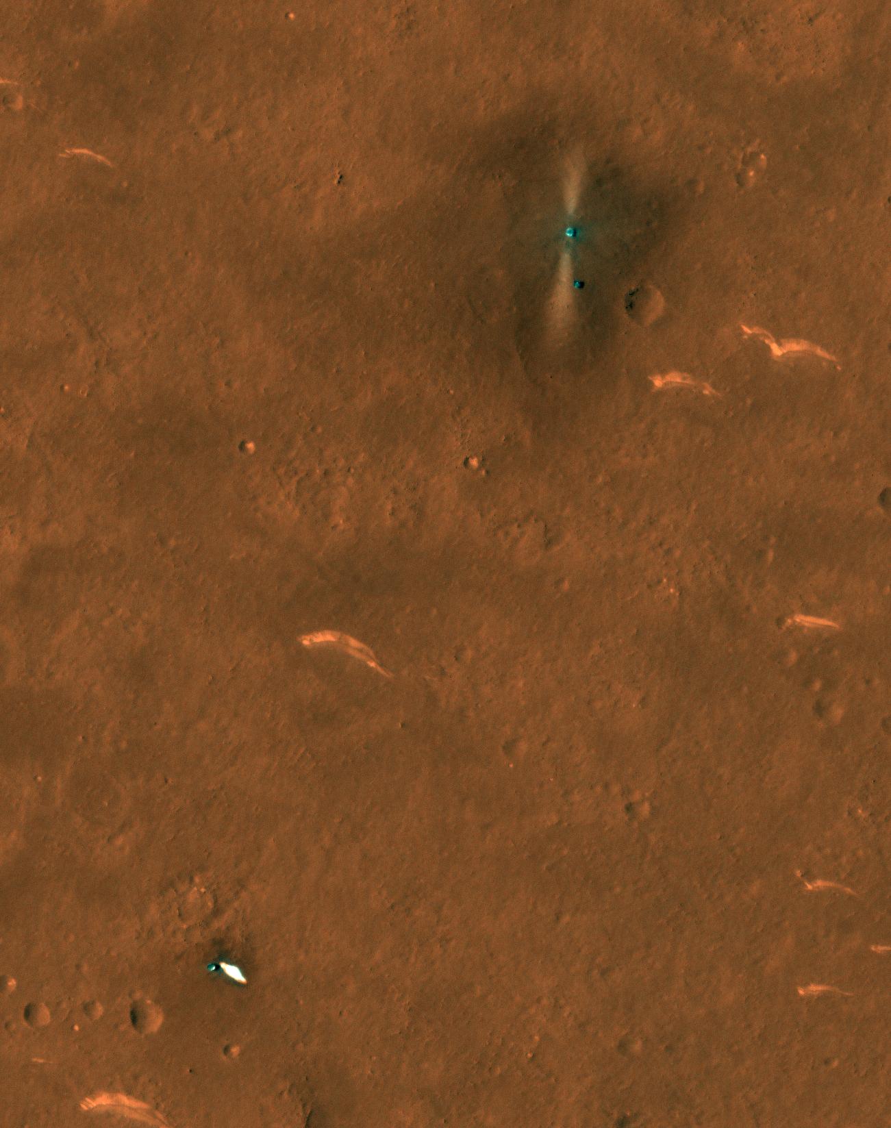 Le parachute et la coque arrière du rover chinois Zhurong Mars sont visibles en bas à gauche sur cette image, capturée le 6 juin 2021 par la caméra HiRISE sur Mars Reconnaissance Orbiter de la NASA.