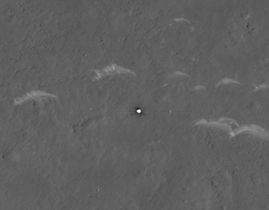Le bouclier thermique du rover chinois Zhurong Mars, photographié par la caméra HiRISE à bord du Mars Reconnaissance Orbiter de la NASA.