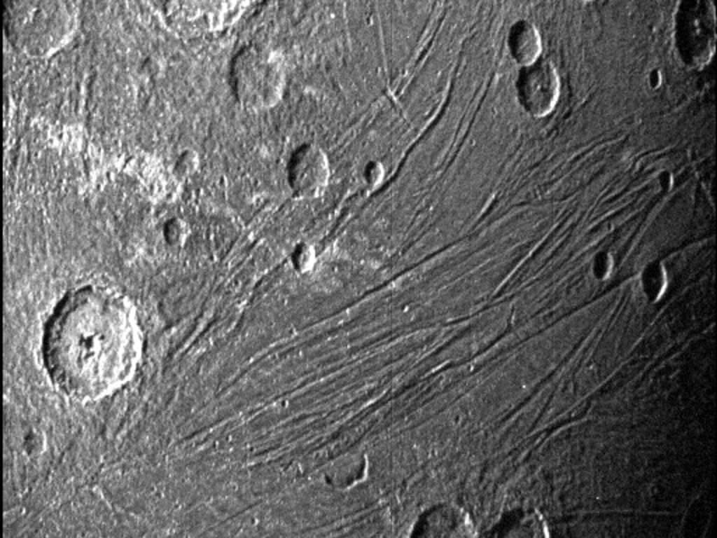 Cette image du côté obscur de Ganymède a été obtenue par la caméra de navigation de l'unité de référence stellaire de Juno lors de son survol de la lune le 7 juin 2021.  Crédits : NASA/JPL-Caltech/SwRI