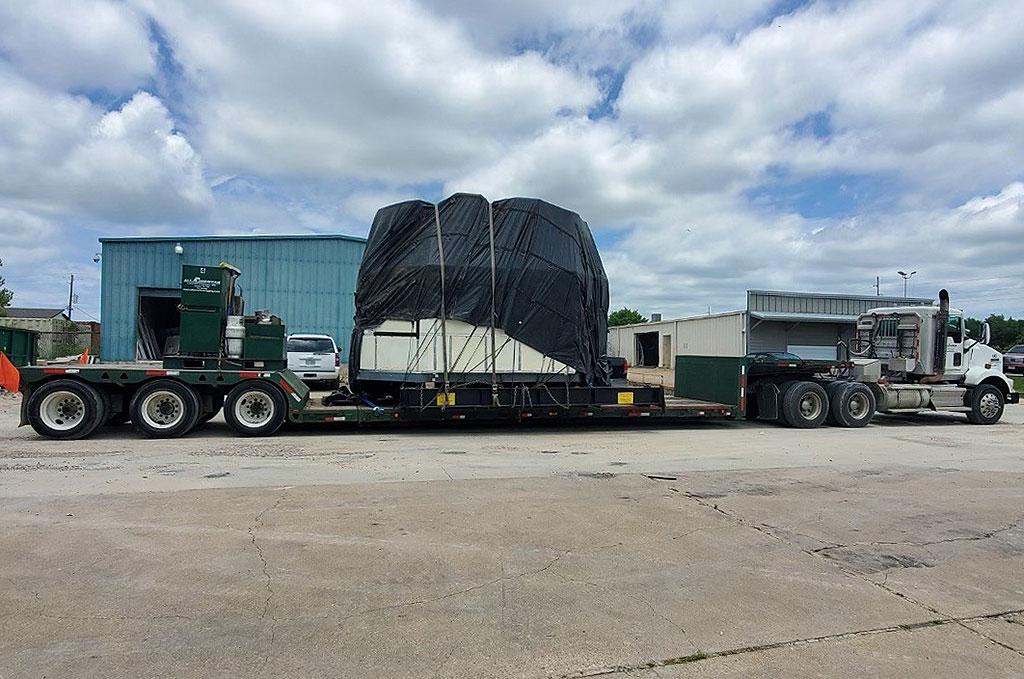 La cabine du simulateur de base de mouvement de la navette spatiale est arrivée par camion au Johnson Space Center le 3 juin 2021.