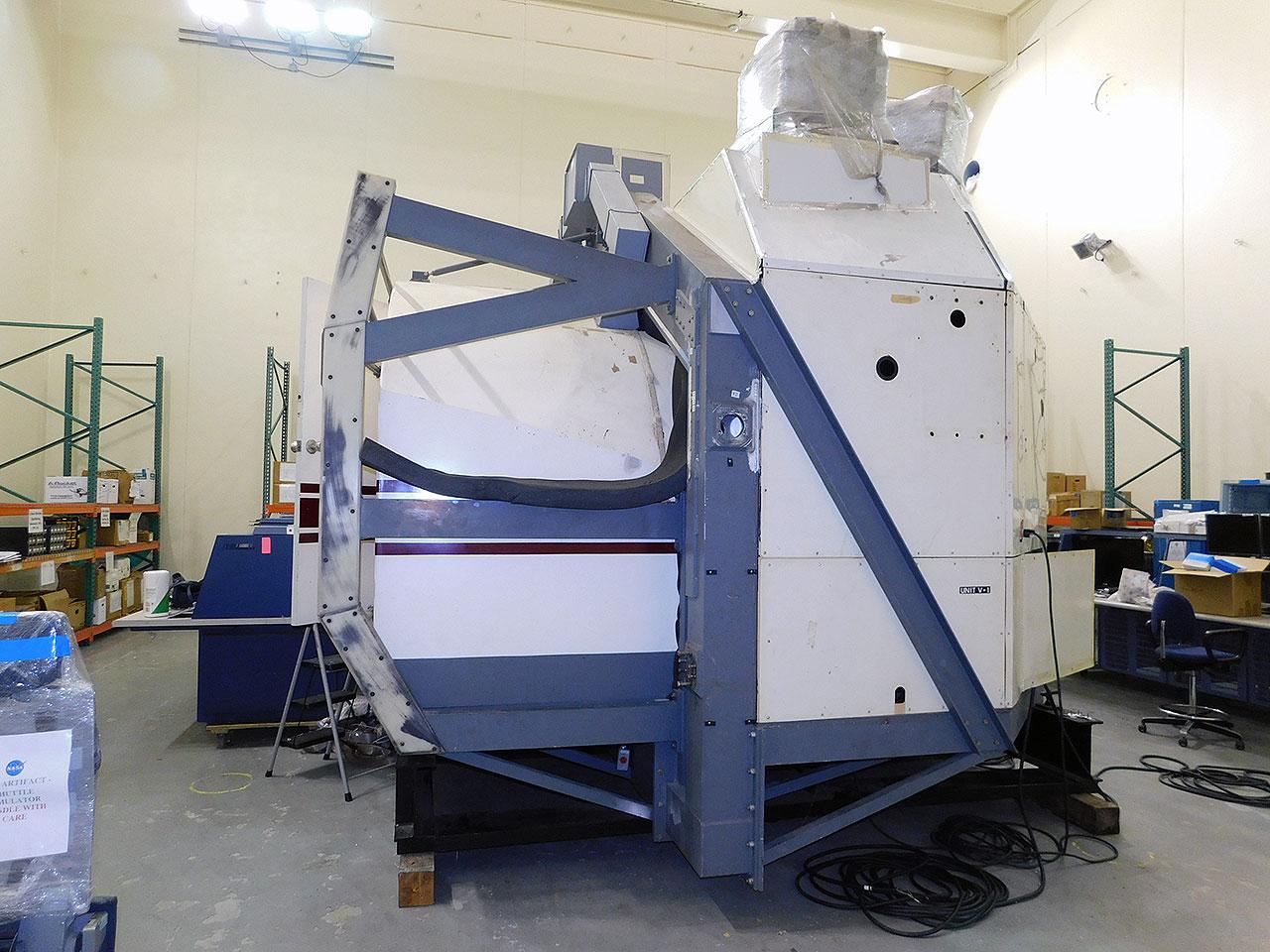 La cabine du simulateur de base de mouvement de la navette spatiale après avoir été déplacée dans le bâtiment 49 du Johnson Space Center de la NASA.