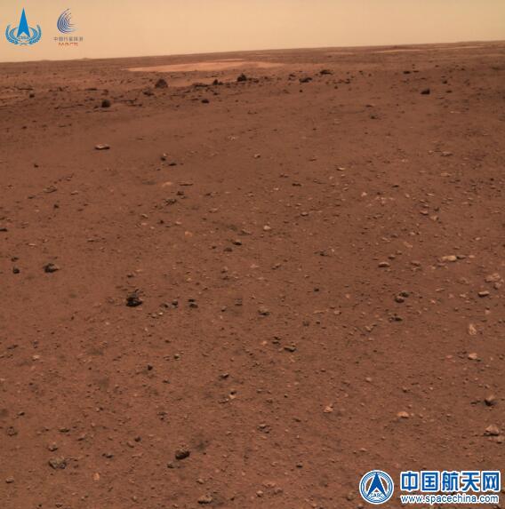 Une vue du terrain plat autour du rover chinois martien Zhurong près de son site d'atterrissage Utopia Planitia publiée par l'Administration spatiale nationale de Chine le 11 juin 2021.