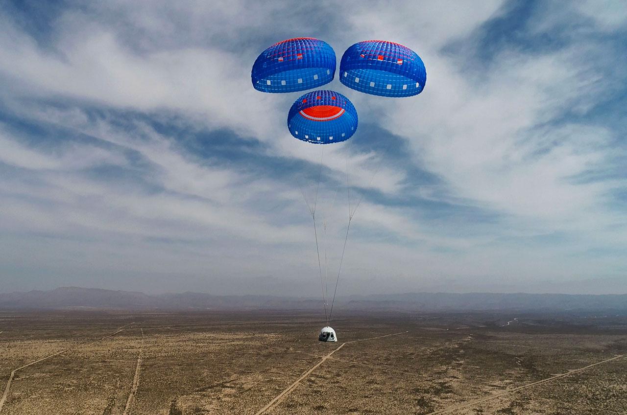 La capsule de l'équipage New Shepard de Blue Origin descend sur Terre sous des parachutes pour un atterrissage dans l'ouest du Texas.