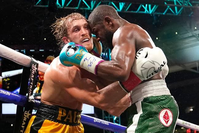 Logan Paul, à gauche, et Floyd Mayweather se battent lors d'un match de boxe d'exhibition.  Crédit : PA