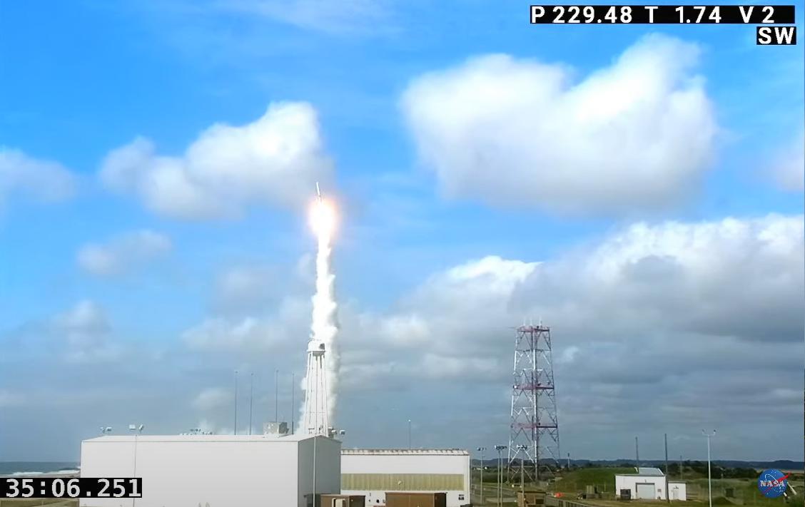 Une fusée Northrop Grumman Minotaur 1 transportant trois charges utiles classifiées pour le National Reconnaissance Office des États-Unis est lancée depuis le Pad 0B du port spatial régional Mid-Atlantic à l'installation de vol Wallops de la NASA à Wallops Island, en Virginie, le 16 juin 2021.