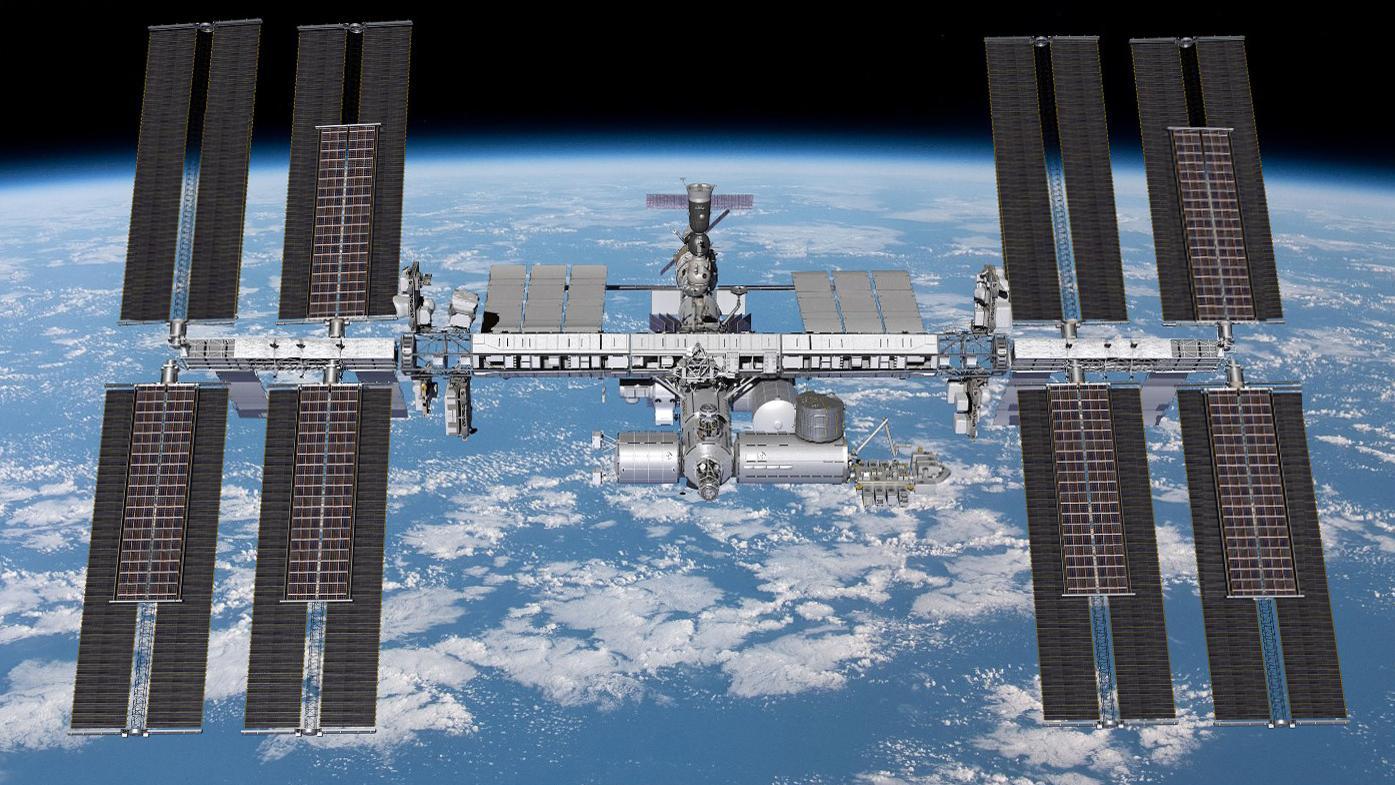 Les nouveaux panneaux solaires iROSA seront installés sur six des huit canaux d'alimentation de la Station spatiale internationale.  Au cours de la sortie dans l'espace du 16 juin, Pesquet et Kimbrough installeront les deux premiers réseaux, en commençant par le canal d'alimentation 2B (illustré en haut à droite).  Lors de leur prochaine sortie dans l'espace le 20 juin, le couple installera le réseau 4B (en bas à droite).