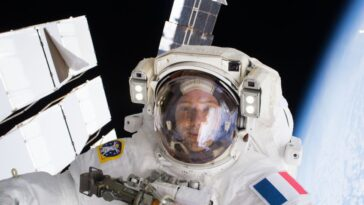 Regardez Les Astronautes Installer Les Nouveaux Panneaux Solaires De La
