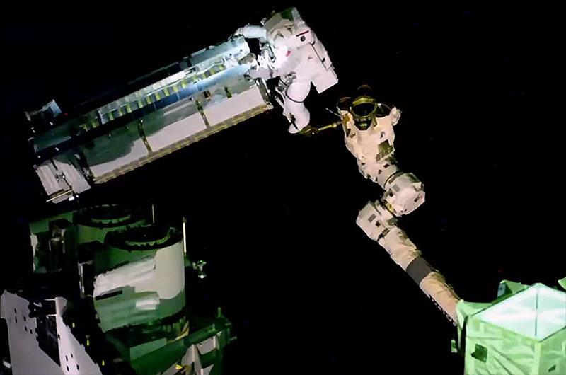 L'astronaute de l'ESA Thomas Pesquet, monté sur le bras robotique Canadarm2, manœuvre le premier réseau solaire de déploiement de l'ISS (iROSA) à l'extérieur de la Station spatiale internationale le 16 juin 2021.