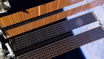 Les Astronautes En Marche Dans L'espace Manquent De Temps Pour
