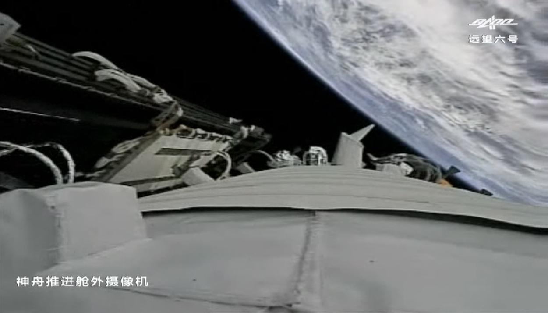 Une caméra à bord du vaisseau spatial chinois Shenzhou 12 a capturé cette vue de la Terre ci-dessous peu de temps après le déploiement du panneau solaire.