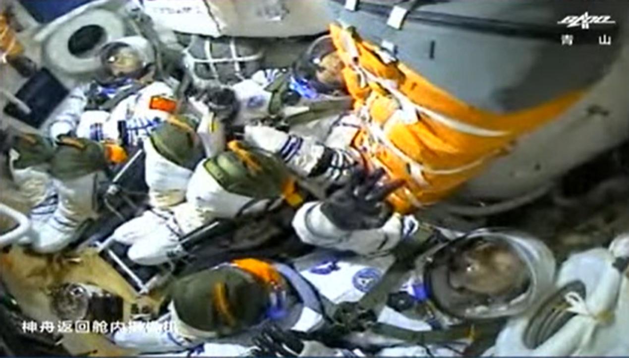 Les trois astronautes chinois de Shenzhou 12 à l'intérieur de leur vaisseau spatial lors de leur lancement dans l'espace.