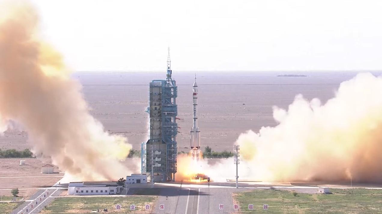 Une fusée chinoise Longue Marche 2F lance trois astronautes de la mission Shenzhou 12 vers le nouveau module central de la station spatiale Tiangong du pays, Tianhe, depuis le centre de lancement de satellites de Jiuquan dans le nord-ouest de la Chine à 9 h 22, heure de Pékin, le 17 juin 2021.