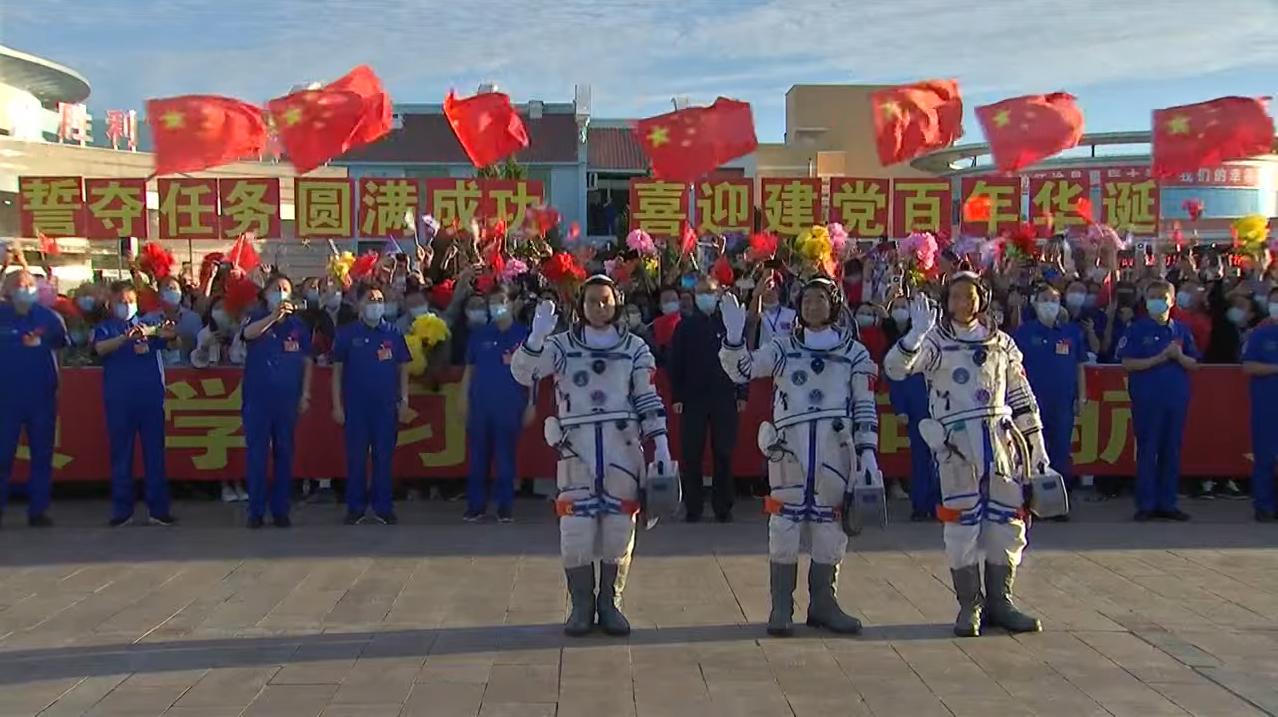 L'équipage de la mission chinoise Shenzhou 12, le premier vol en équipage vers le nouveau module central de la station spatiale Tiangong du pays, Tianhe, fait ses adieux avant son lancement le 17 juin 2021.