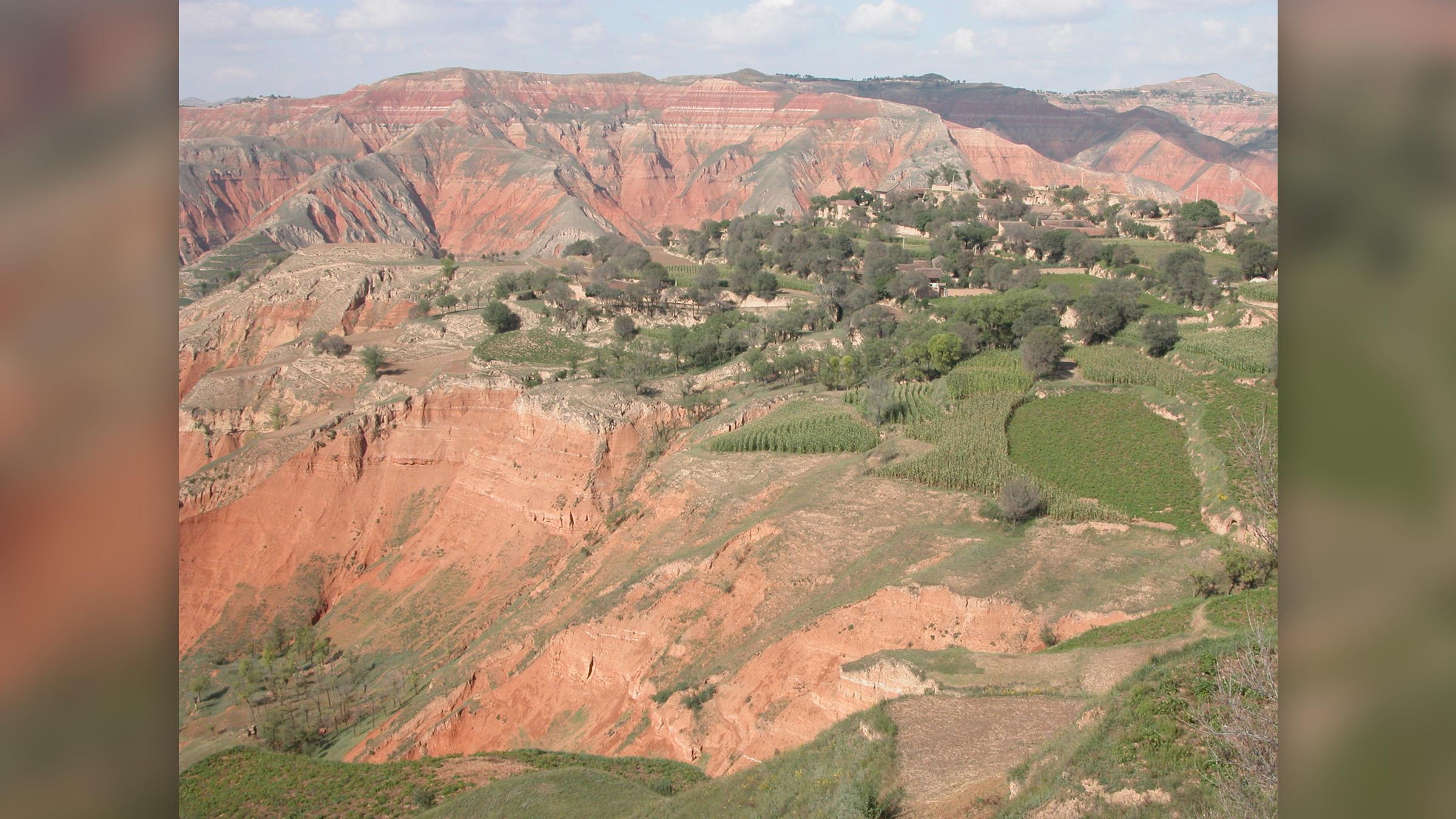 Gisements de roches rouges datant de l'ère cénozoïque dans le bassin de Linxia, dans la province du Gansu (nord-ouest de la Chine).