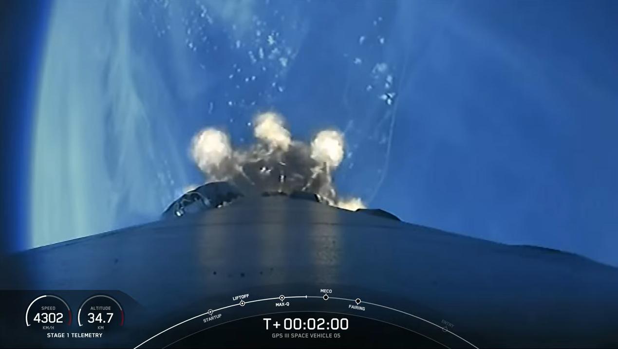 Une fusée SpaceX Falcon 9 transportant le satellite GPS III SV05 pour l'US Space Force est lancée depuis le Space Launch Complex 40 de la station spatiale Cape Canaveral en Floride le 17 juin 2021.