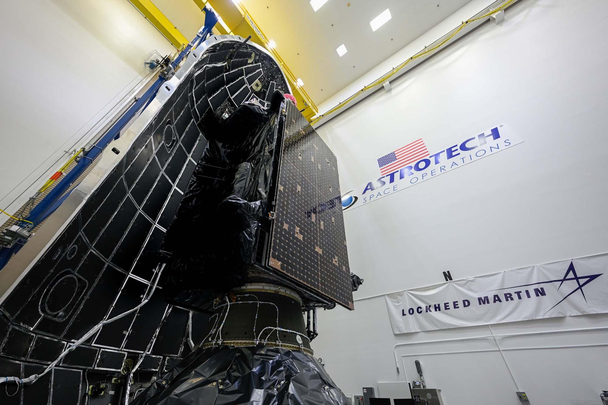 Le satellite de navigation GPS III SV05 construit par Lockheed Martin est vu lors des travaux d'encapsulation du carénage pour préparer son lancement sur une fusée SpaceX Falcon 9 le 17 juin 2021 depuis la station de la force spatiale de Cap Canaveral en Floride.