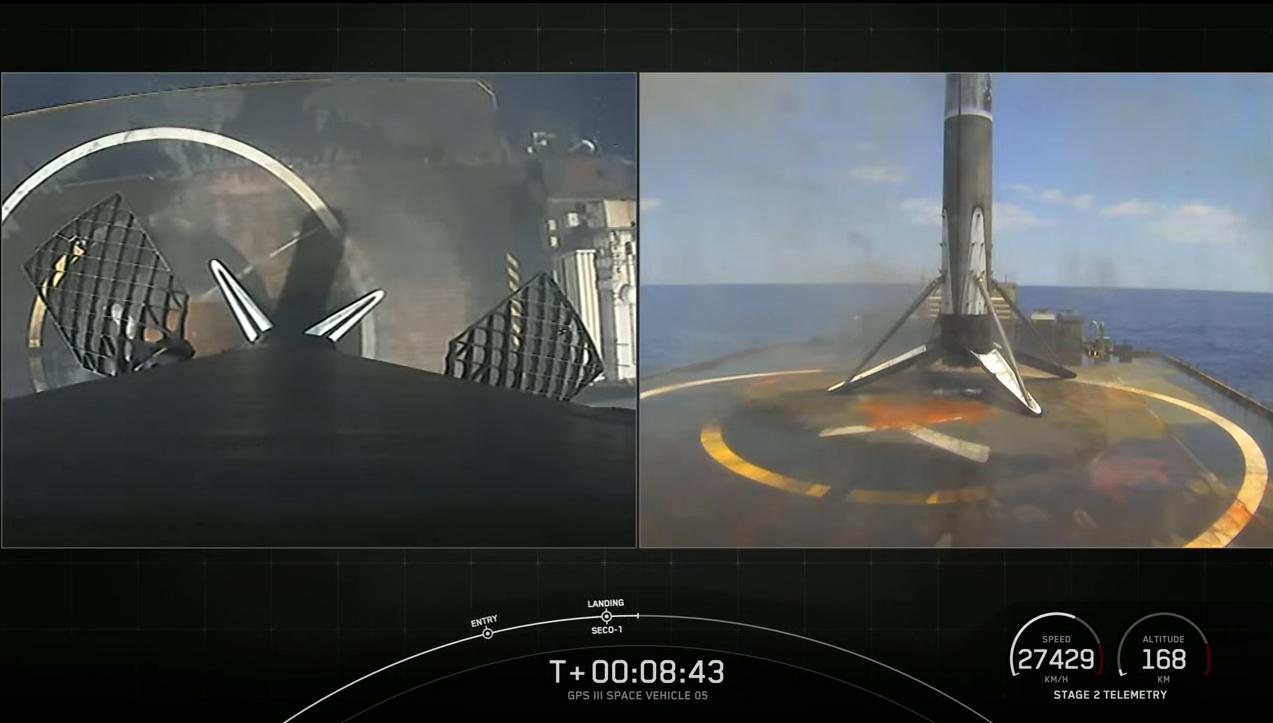 Un propulseur de fusée SpaceX Falcon 9 se dresse au sommet du drone Just Read The Instructions dans l'océan Atlantique à la suite du lancement réussi d'un nouveau satellite GPS III SV05 pour l'US Space Force le 17 juin 2021.
