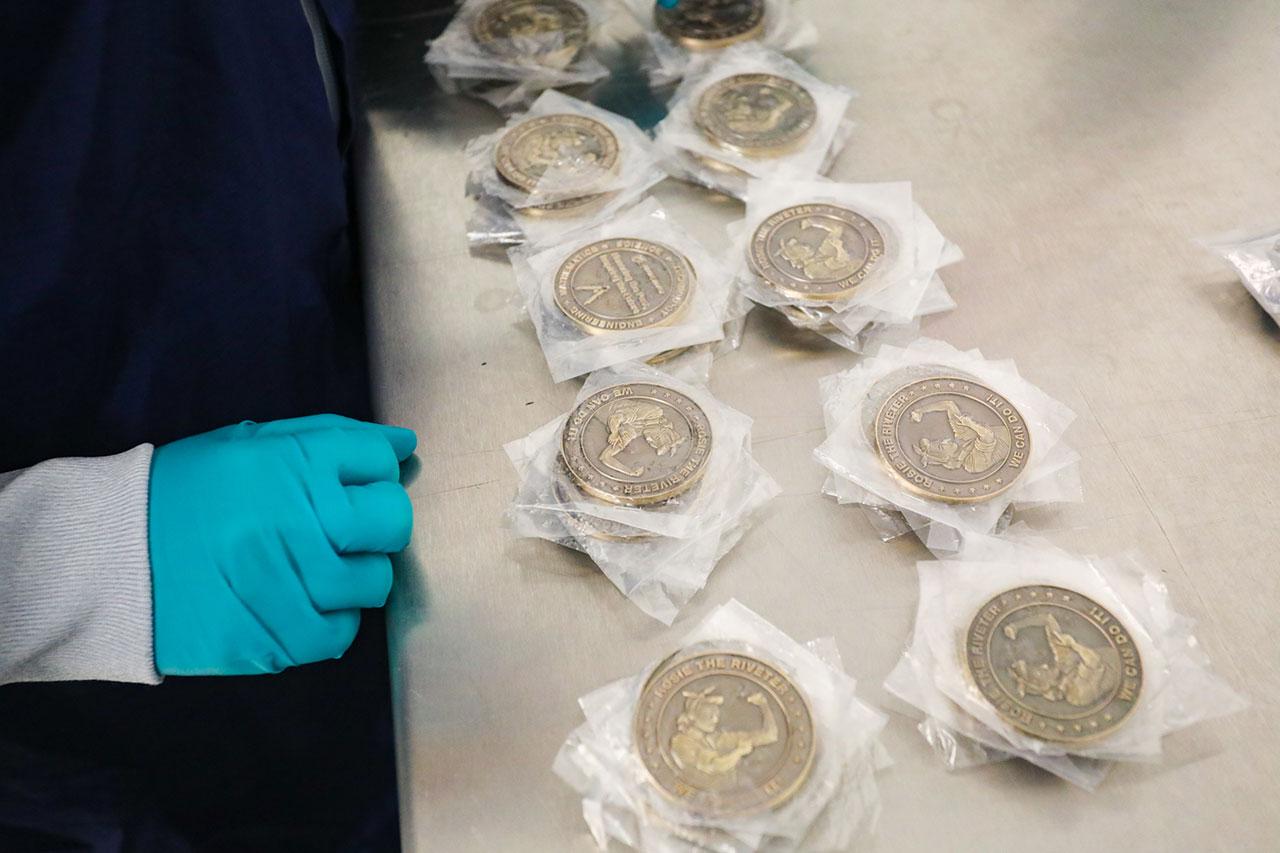 Les pièces commémoratives Rosie the Riveter sont préparées pour leur vol lors du deuxième essai en vol orbital du Starliner de Boeing.