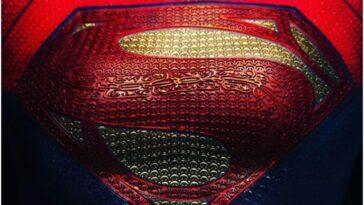 """Le réalisateur de """"The Flash"""" révèle un premier aperçu du costume de Supergirl"""