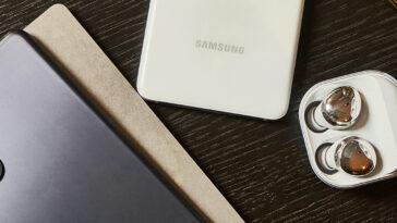 2 Galaxy S21 Galaxy Buds Pro Lifestyle Cut 1 Copy.jpg
